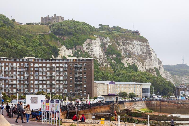 Vita klippor av Dover och medeltida Dover Castle, Dover, Förenade kungariket arkivfoto