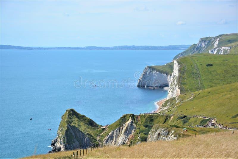 Vita klippor, gröna kullar, blått hav, England, Dorset, UK royaltyfri bild