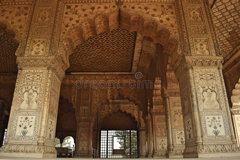 Vita kolonner av den Khas Mahal slotten i den Delhi staden arkivfoton