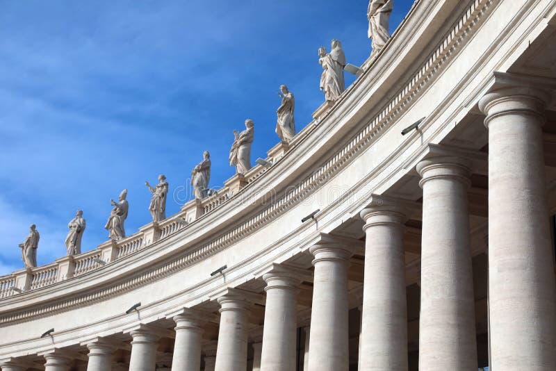 vita kolonner och statyer ovanför kolonnaden av arkitekten B royaltyfri foto