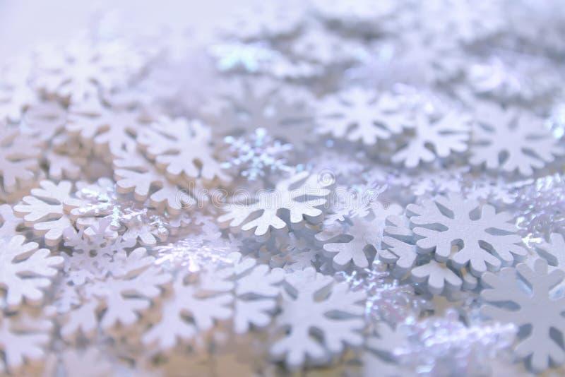 Vita konstgjorda snöflingor på mjuk bakgrund vinter för blåa snowflakes för bakgrund vit Dekorativ mall för kort, baner, affisch royaltyfri fotografi