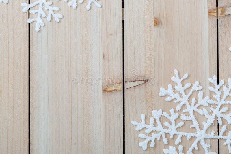 Vita konstgjorda sn?flingor p? en ljus tr?tabell Jul och garneringbakgrund för nytt år och kopieringsutrymme för text closeup royaltyfri bild