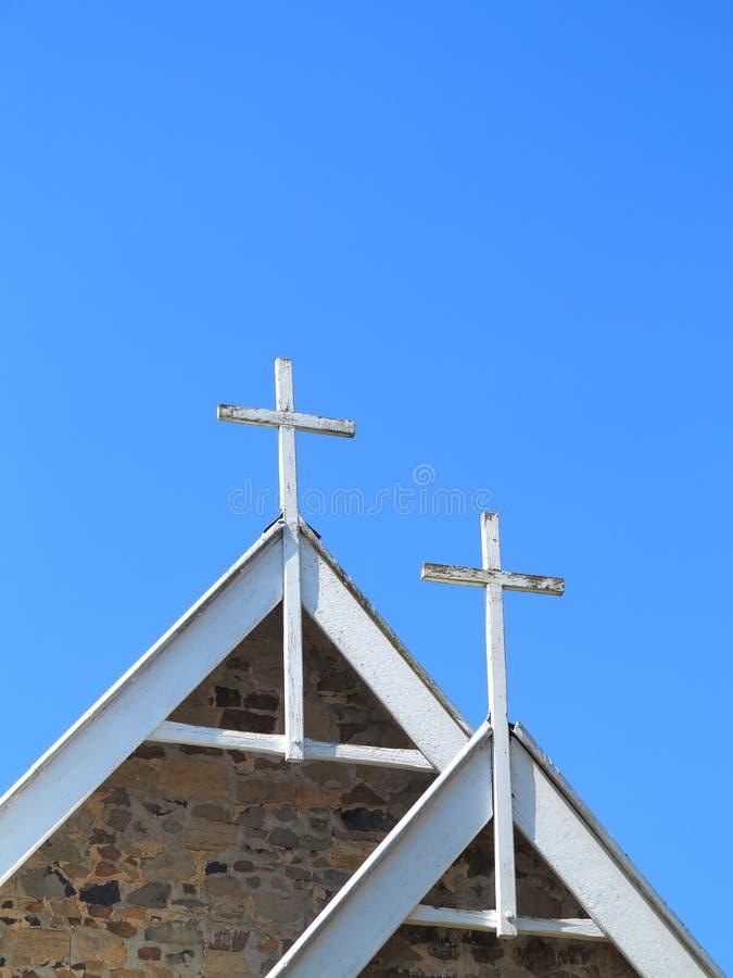 Vita kors på kapelltaket royaltyfri foto