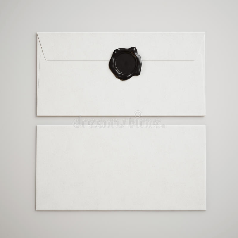 Vita kuvert med skyddsremsan arkivfoto