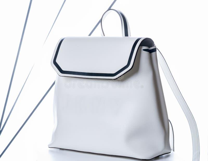 Vita kvinnor piskar ryggsäcken Modep?se p? vit bakgrund royaltyfri foto