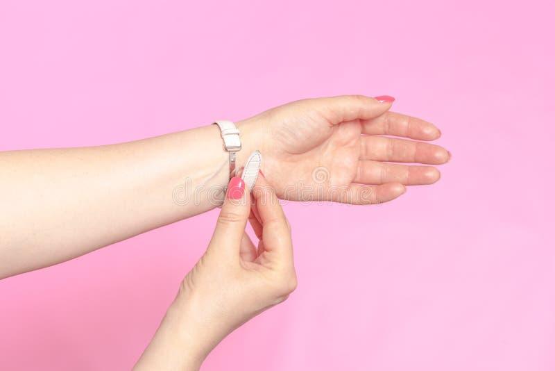 Vita kvinnors armbandsur på flickans hand fotografering för bildbyråer