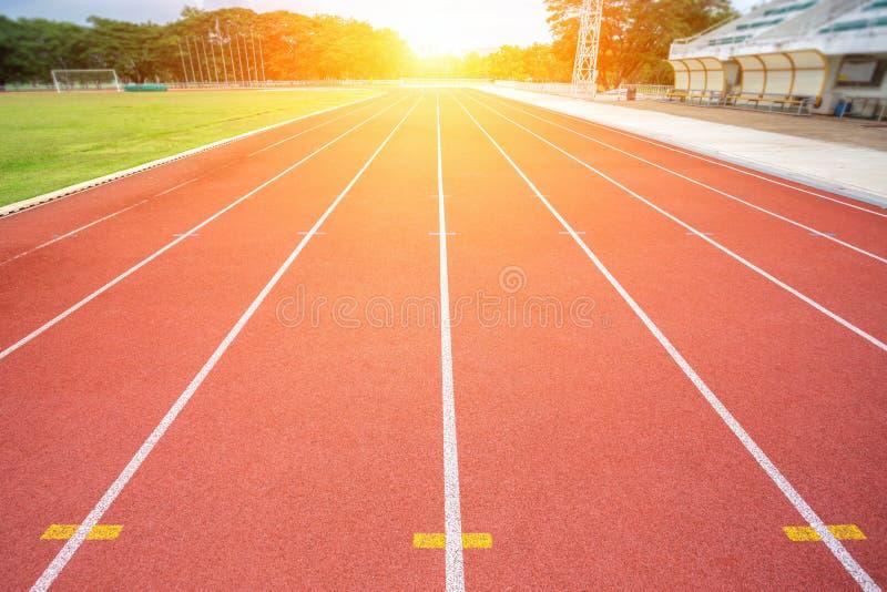 Vita linjer av stadion och textur av den körande löparbanan royaltyfria bilder