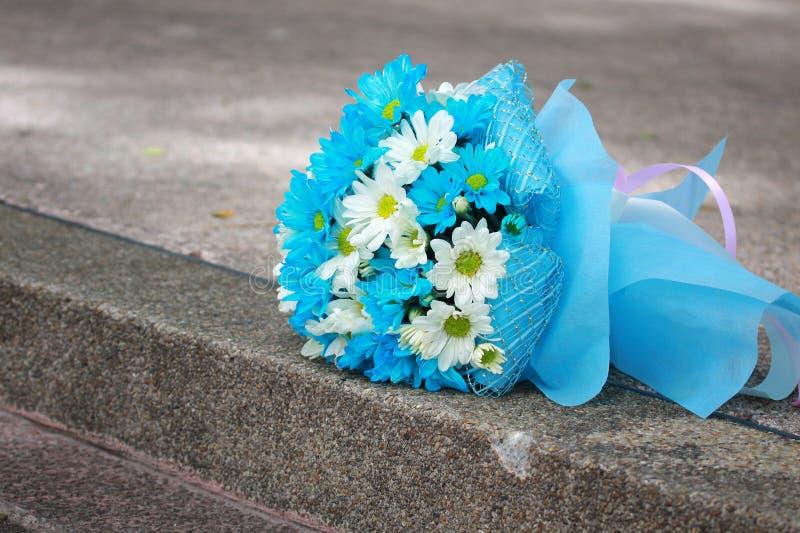 vita ljusa blommor för härlig blå bukett arkivbild