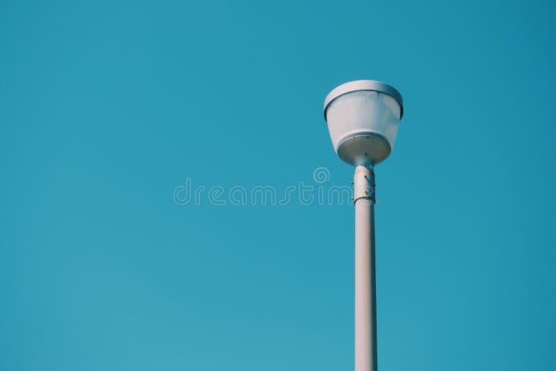 Vita lyktor och blåa himlar fotografering för bildbyråer