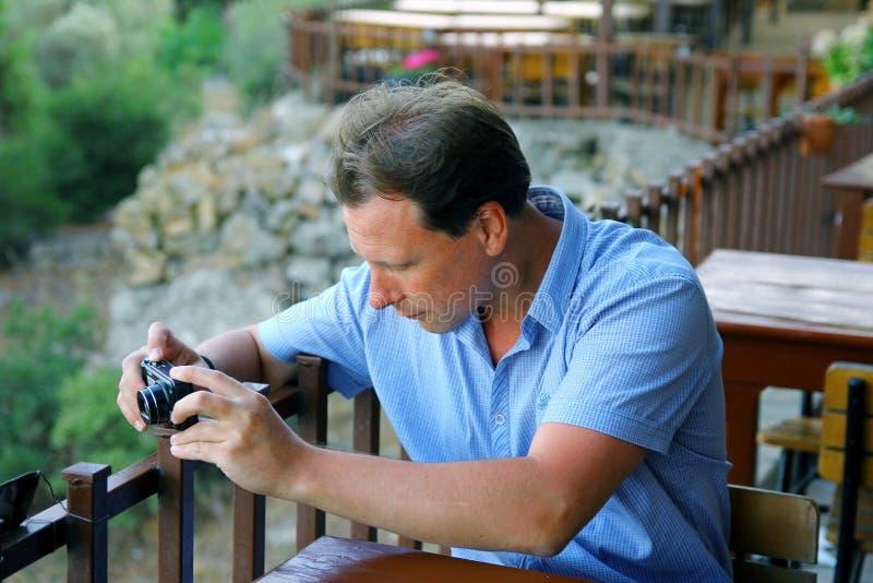 Vita män som tar fotoet av landskapet royaltyfria bilder