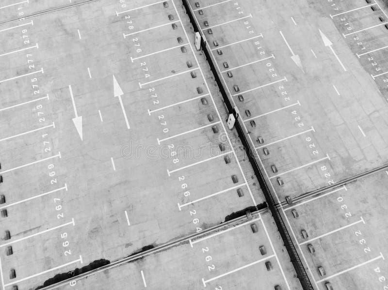 Vita markeringslinjer av den tomma parkeringsplatsen, sikt från över arkivbilder