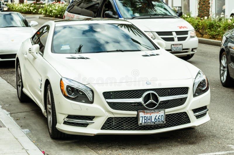 Vita Mercedes Benz SL 550 som parkeras på rodeodrevLA royaltyfri foto