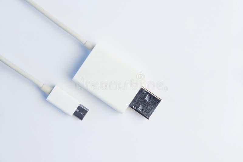 Vita mikroUSB kablar på vit bakgrund royaltyfri bild