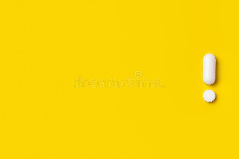 Vita minnestavlor på gul bakgrund Det ogiltigt royaltyfri fotografi