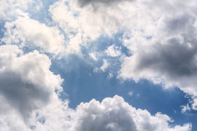 Vita moln för ljus luft på en blå himmel royaltyfria foton