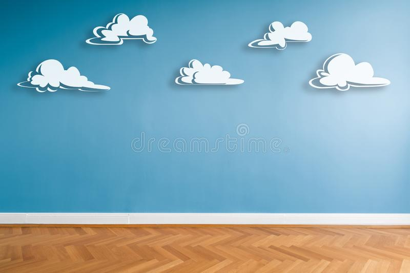 Vita moln målade på den blåa väggen i tomt rum med parkettgolvet och kopieringsutrymme royaltyfri illustrationer