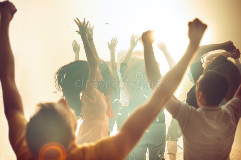 Vita notturna e concetto della discoteca I giovani stanno ballando nel club immagini stock libere da diritti