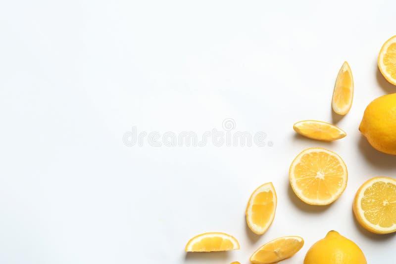 vita nya citroner f?r bakgrund apelsiner f?r citrusfruktcitronlimefrukter royaltyfri foto