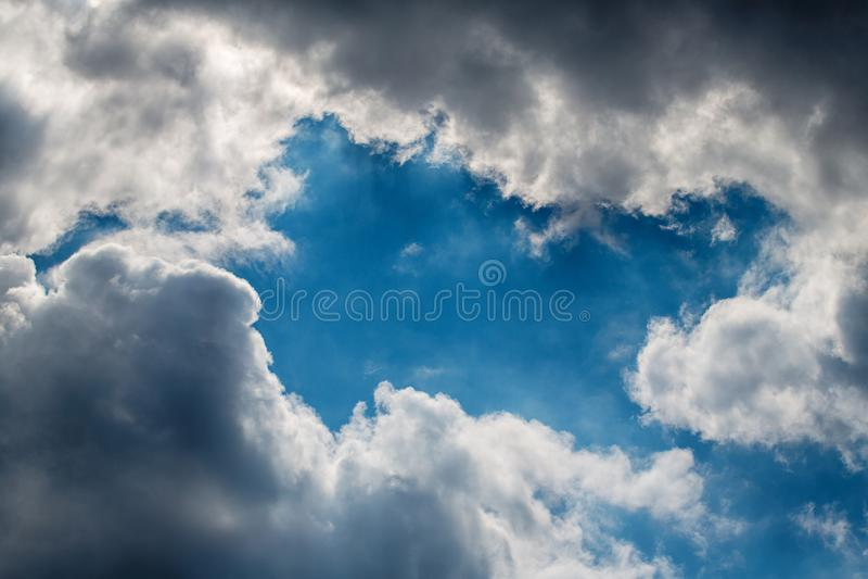 Vita och gråa moln mot blå himmel Coulds start som bildar en storm i solig dag arkivbild