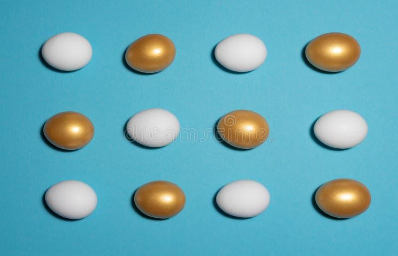 Vita och guld- ägg royaltyfri fotografi