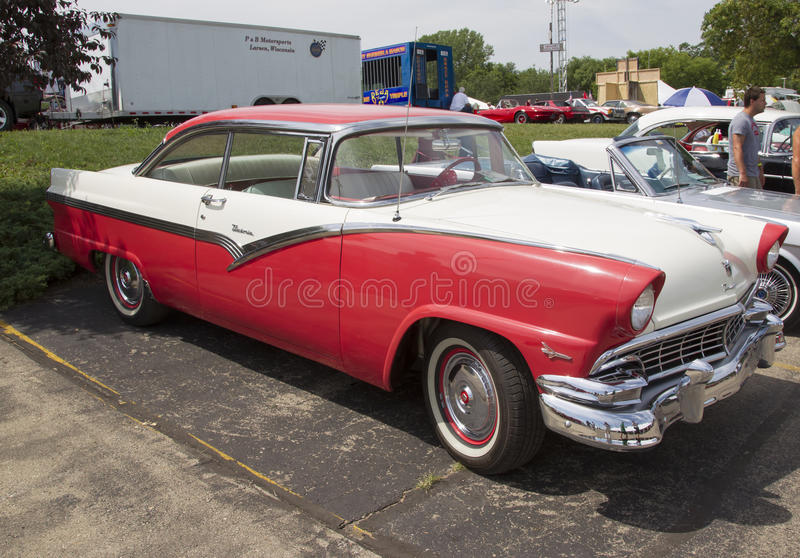1956 vita och röda Ford Victoria Fairlane Side View arkivfoton
