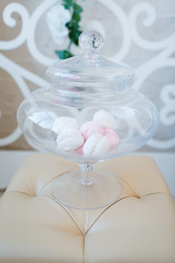 Vita och rosa marshmallower i en exponeringsglasvas royaltyfri foto