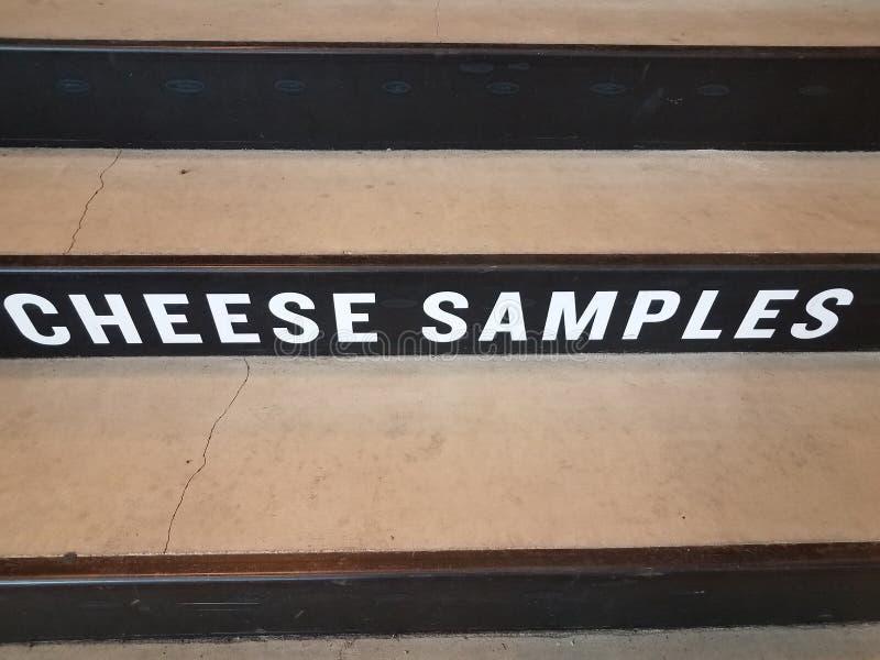 Vita ostprövkopior undertecknar på svart och grå cementtrappa arkivfoto