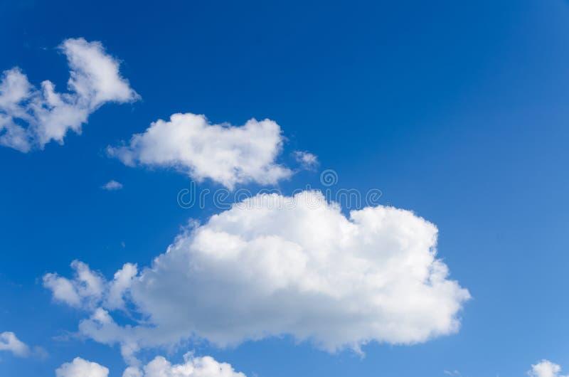 Vita pösiga moln i blå himmel royaltyfri foto