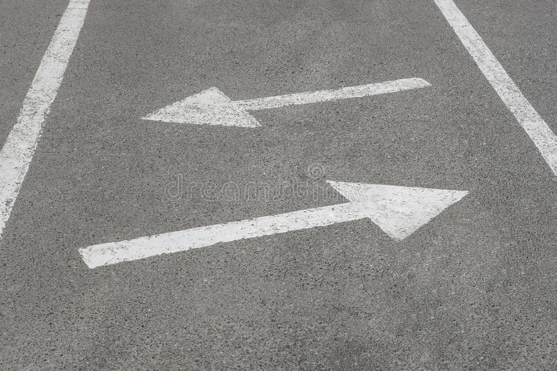 Vita pilar på en svart asfalthuvudväg, fragment av en vägmarkering arkivbilder