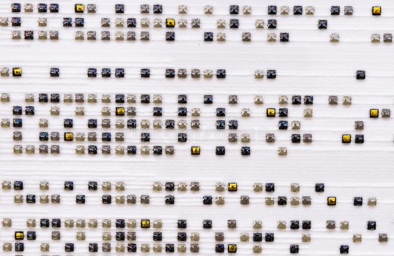 Vita porslinstengodstegelplattor med små fyrkanter Bakgrund av porslinstoneweartegelplattor royaltyfria foton