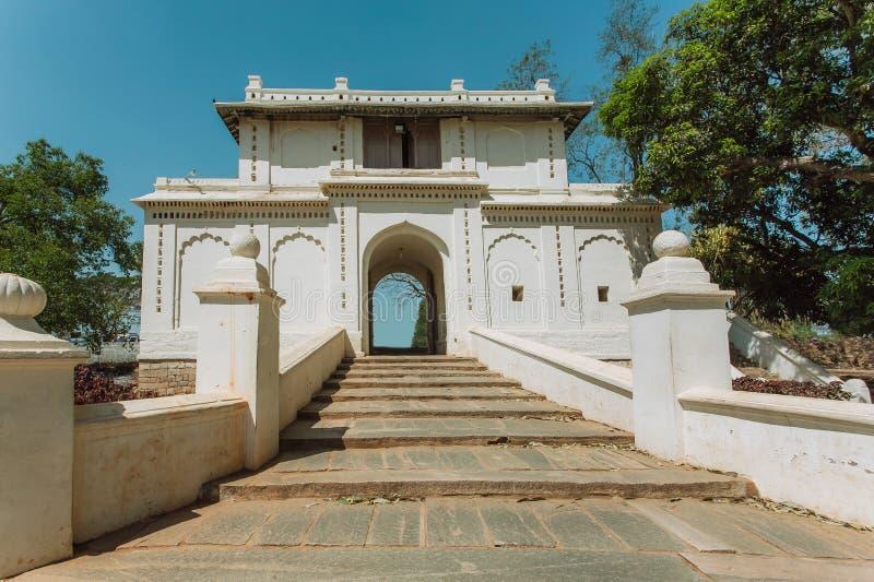 Vita portar i traditionell indisk arkitekturstil Gammal trappa och båge i historiska Indien royaltyfri foto