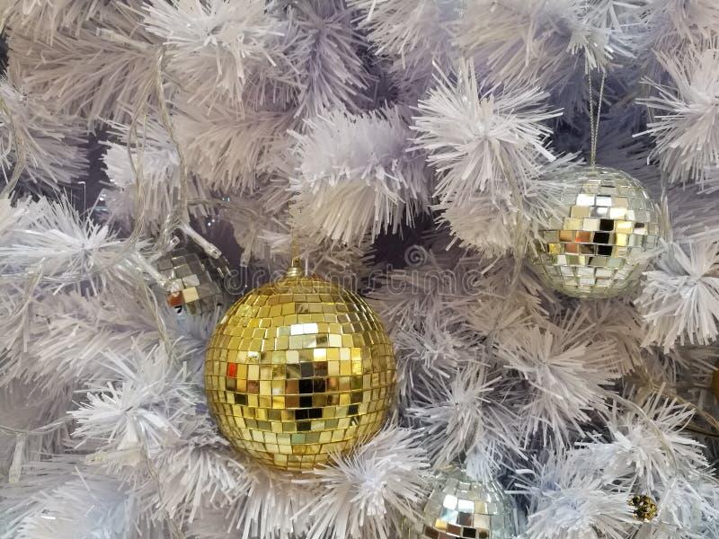 Vita prydnader för boll för julgrangarneringdisko med vitt glitter royaltyfri bild