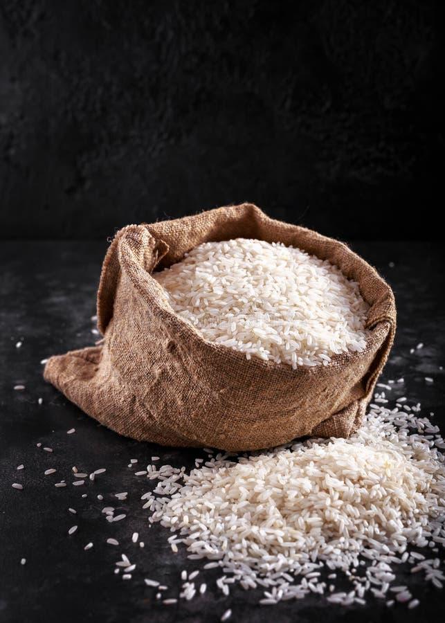 Vita rå basmati ris i säckvävpåse utrymme text royaltyfria foton