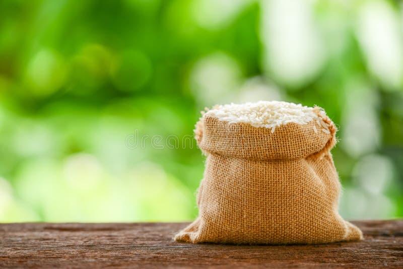 Vita ris i säckvävsäck royaltyfri bild