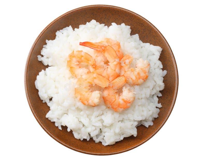 Vita ris med räkor i den bruna bunken som isoleras på vit bakgrund Top beskådar royaltyfria bilder