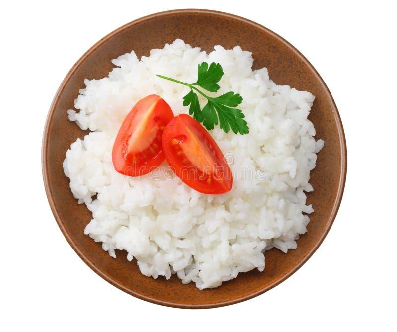 Vita ris med tomaten i den bruna bunken som isoleras på vit bakgrund Top beskådar royaltyfri fotografi