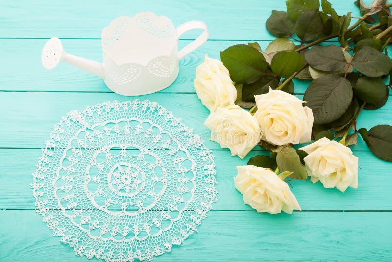 Vita rosor på blå träbakgrund med kopieringsutrymme Bästa sikt och åtlöje upp kopiera avstånd Mors dag royaltyfri foto