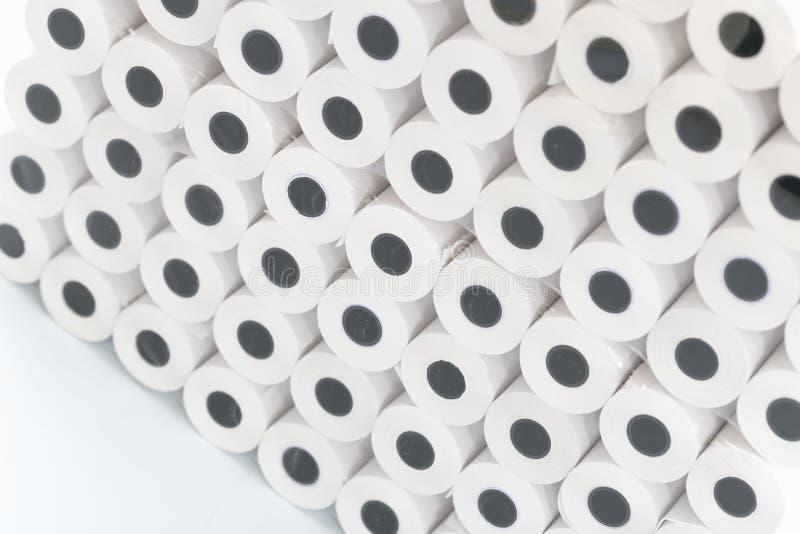 Vita rullar av kassaapparatbandgrossisten arkivfoto