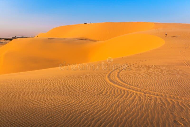Vita sanddyn på Mui Ne, Phan Thiet, Binh Thuan Province, Vietnam i aftonsolljuset arkivfoton