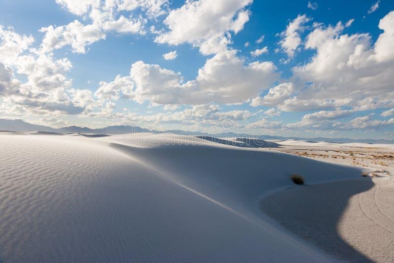 Vita sander deserterar för sanddyn för nationell monument shaps på den nya Tularosa handfatet - Mexiko, USA arkivfoton