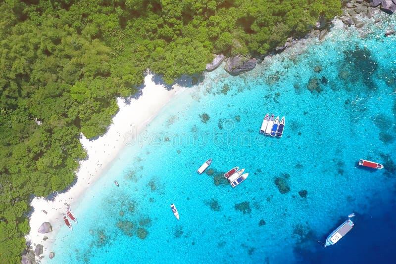 Vita Sandy Honeymoon Beach på den flyg- sikten för Similan ö från över Andaman Thailand Lopp sommar, semester och arkivbilder