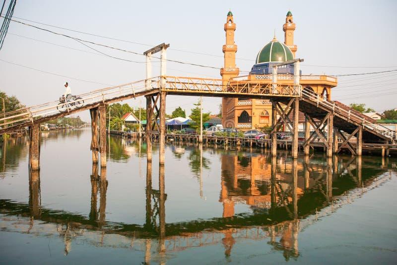 Vita semplice Osservi il lato del canale del villaggio musulmano a tempo del tramonto, a fotografie stock libere da diritti
