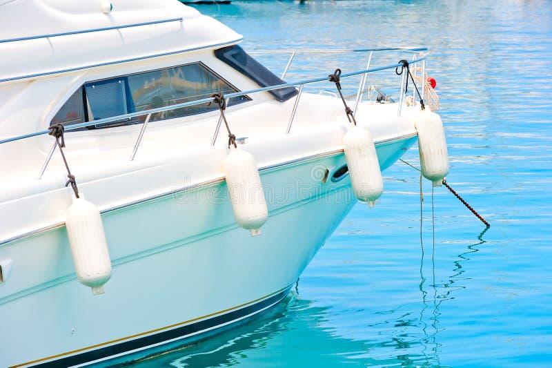 Vita stänkskärmar på ombord yachten arkivbilder