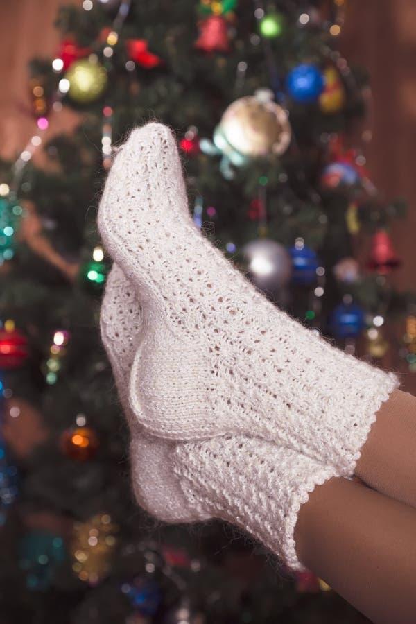 Vita stack sockor på kvinnlig fot royaltyfri bild