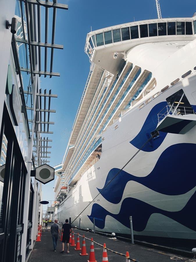 Vita Stillahavs- kryssningeyeliner p? skeppsdockan i den Auckland hamnen royaltyfri fotografi