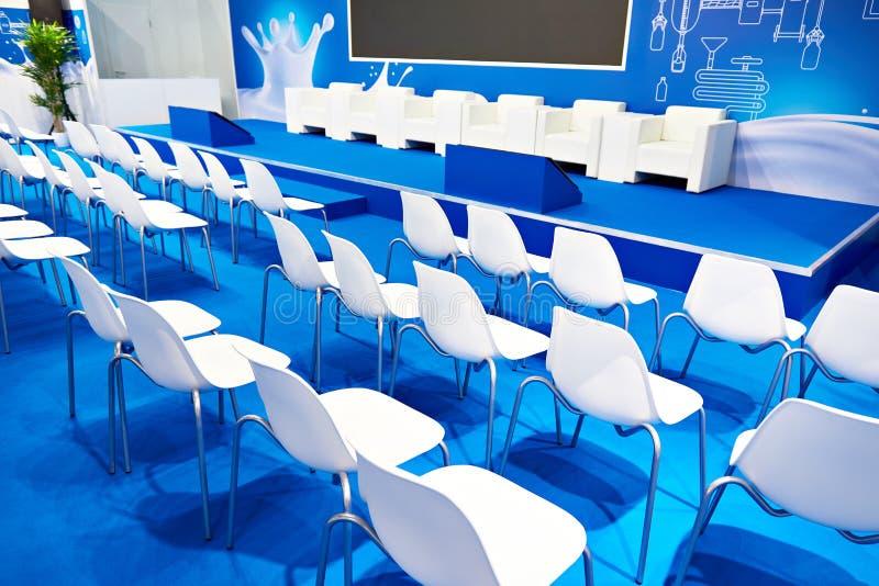 Vita stolar av den blåa affärskorridoren arkivbilder