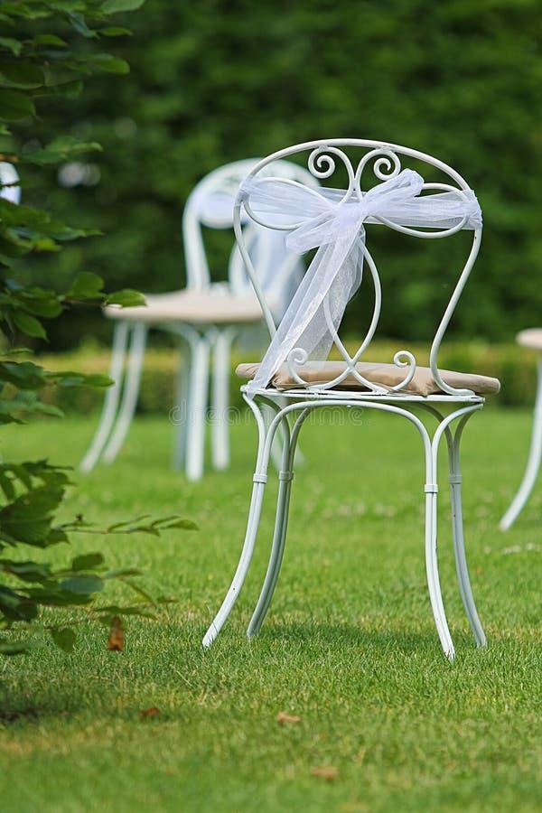 Vita stolar med bandet på äng arkivfoton