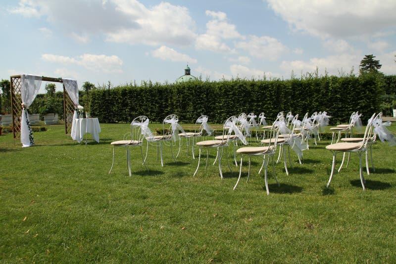 Vita stolar med bandet p? ?ng fotografering för bildbyråer