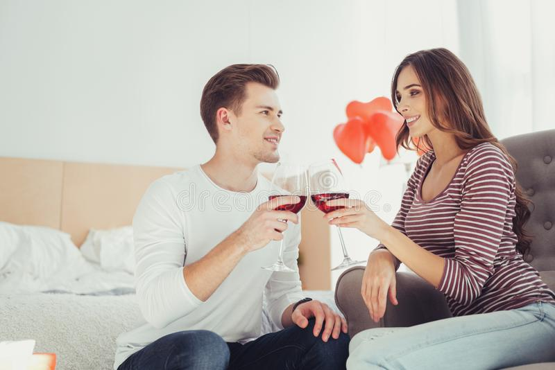 Vita su del vino bevente delle coppie adorabili insieme immagine stock