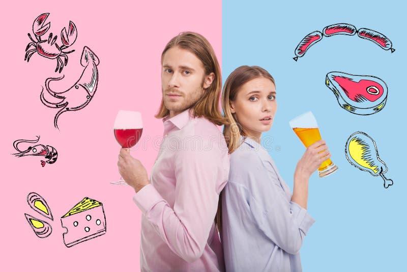 Vita su dell'alcool bevente delle giovani coppie di nuovo alla parte posteriore fotografia stock libera da diritti